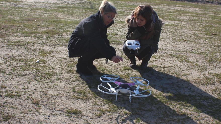 La instructora explica a Patricia cómo calibrar el dron antes de despegar