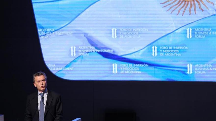 Macri saluda a sus seguidores al cumplir un año como presidente de Argentina