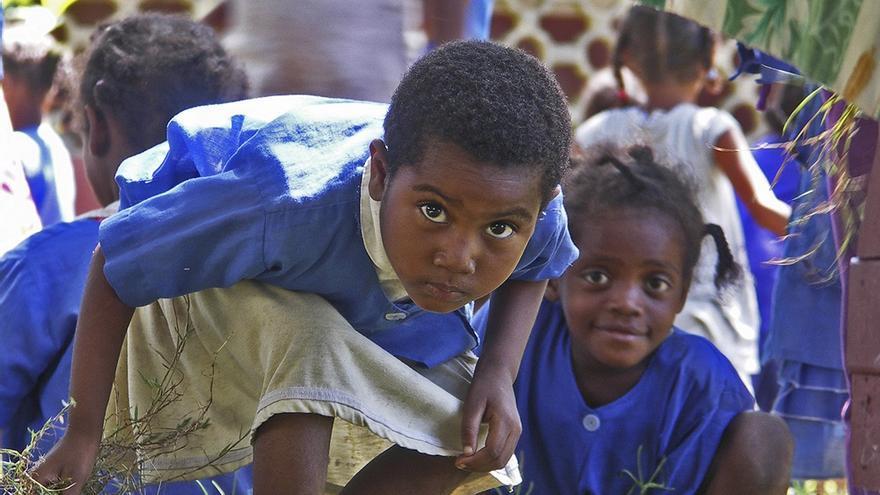 Región de Faragangana (Madagascar). - Niñas curioseando en el recreo. | MANOLO ARRABAL
