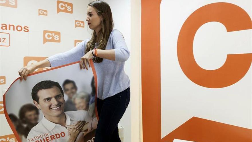 Melisa Rodríguez con un cartel del líder de su partido, Albert Rivera. EFE/Ramón de la Rocha
