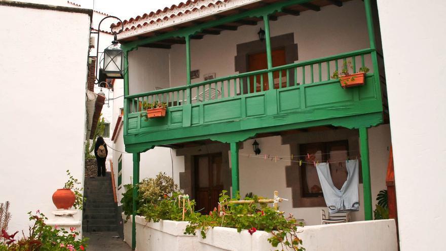 Balcón canario en el casco histórico de Tejeda, Gran Canaria. VIAJAR AHORA