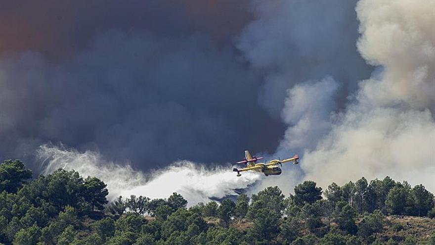 El incendio de Artana sigue con virulencia y entra en la Sierra de Espadán