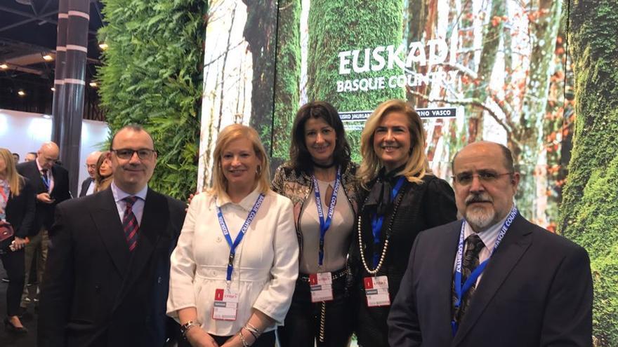 Luke Uribe-Etxebarria (PNV), Susana Corcuera (PSE-EE), Laura Garrido (PP), la letrada Montserrat Auzmendi y Txarli Prieto (PSE-EE), en Fitur.