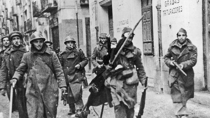 Soldados republicanos por las calles de Teruel en 1937.