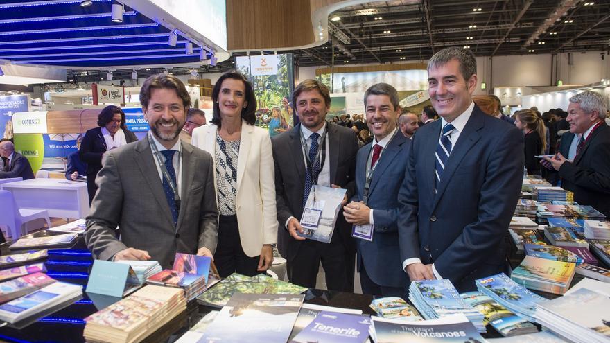 Carlos Alonso (iz), durante la inauguración del Pabellón de Canarias en la WTM 2016