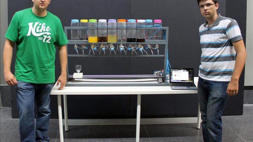Dos universitarios diseñan un robot que prepara cócteles automáticamente