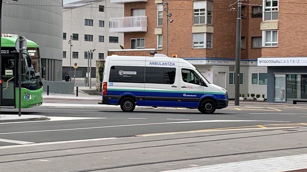 Una ambulancia de Osakidetza, en Vitoria el 15 de mayo de 2020