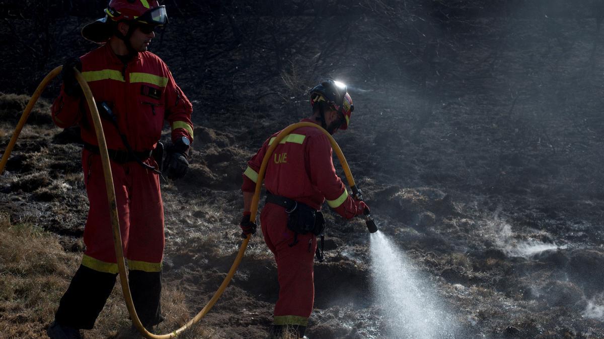 Imagen de archivo de miembros de la unidad militar de emergencias (UME) refrescando el perímetro de un incendio forestal en Galicia.