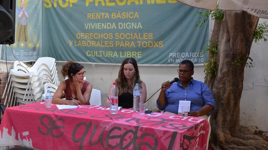 Keeanga-Yamahtta Taylor, con el micrófono, durante la presentación de su libro en La Casa Invisible