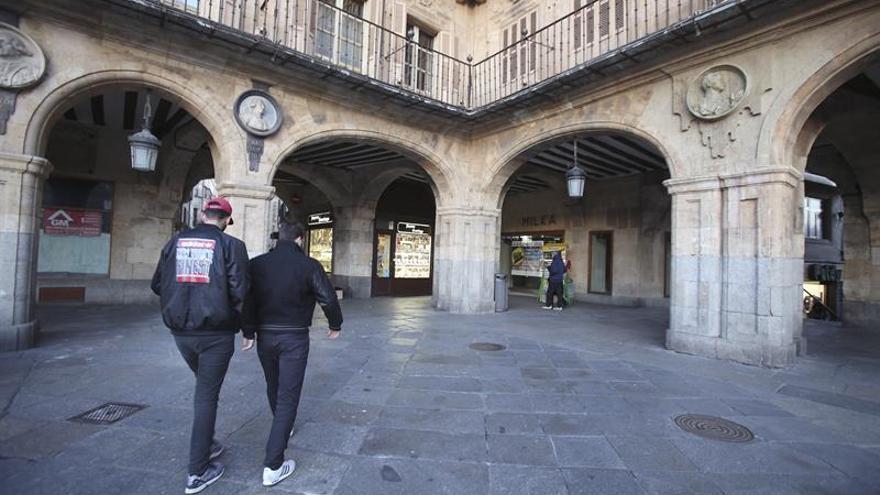 El medallón de Franco, a la derecha, en la Plaza Mayor de Salamanca