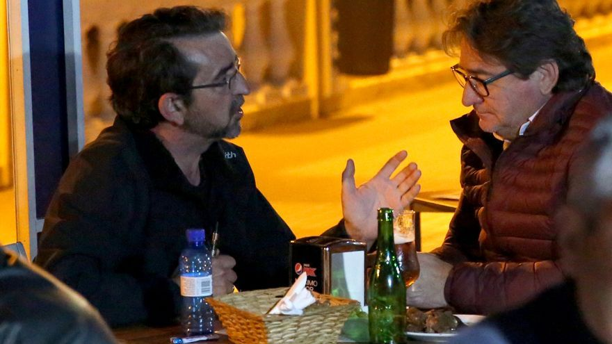 La fotografía a la que alude Doreste: Salvador Alba junto a su hermano, en el restaurante 'La Gabarra', de La Garita. (ALEJANDRO RAMOS)