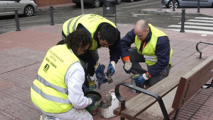 Un grupo de colaboradores sociales haciendo tareas de mantenimiento.