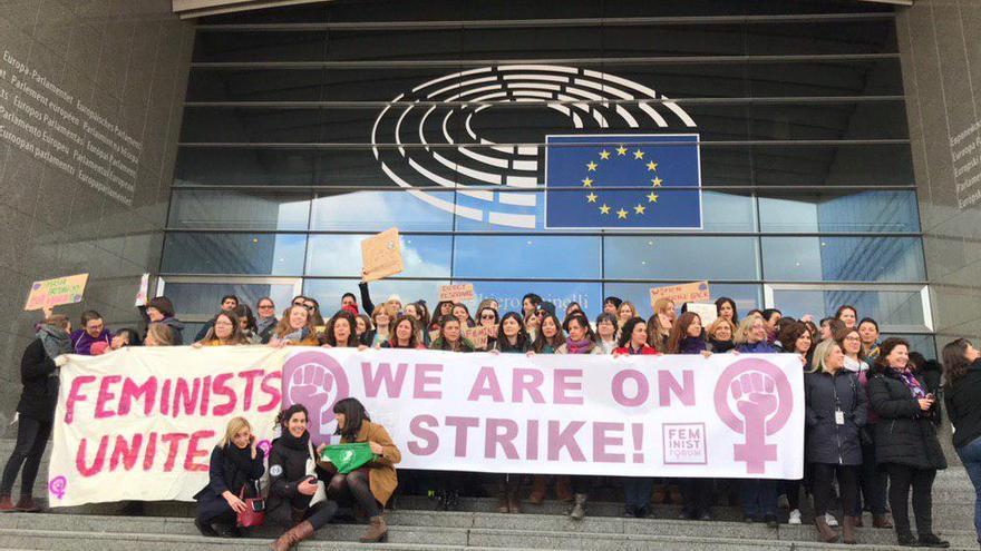 Concentración ante la sede del Parlamento Europeo de trabajadoras.