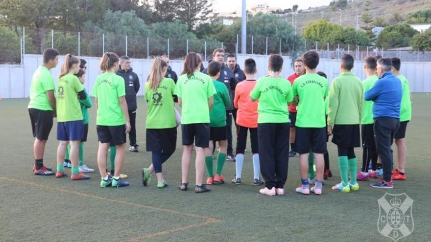 Julio Durán dirigiéndose a los jugadores y jugadoras del Verdellada al comienzo del entrenamiento.