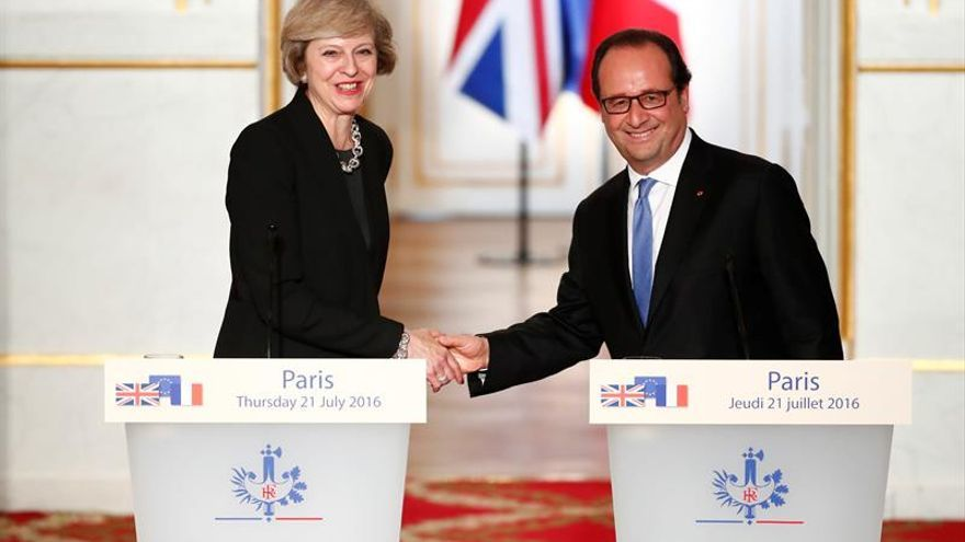 """Hollande da tiempo a May para el """"brexit"""" pero insta a que sea cuanto antes"""