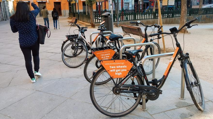 Bicicletas de alquiler ocupando la mayoría de aparcabicis en el Dos de Mayo   SOMOS MALASAÑA