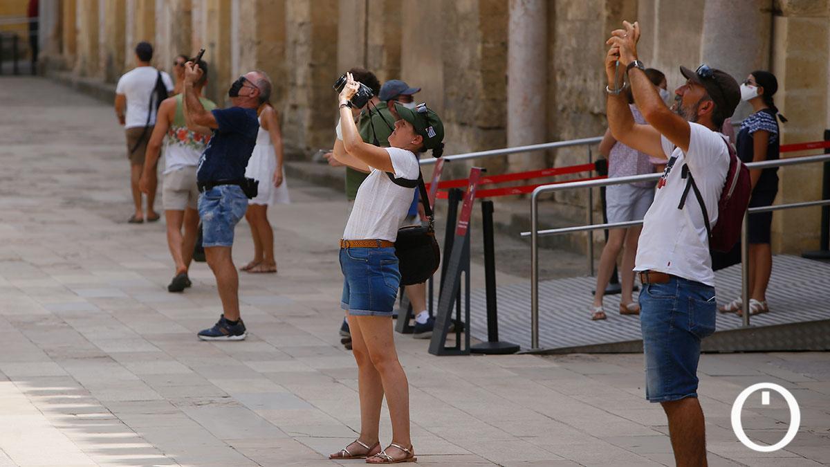 Turistas en el Patio de los Naranjos de la Mezquita de Córdoba