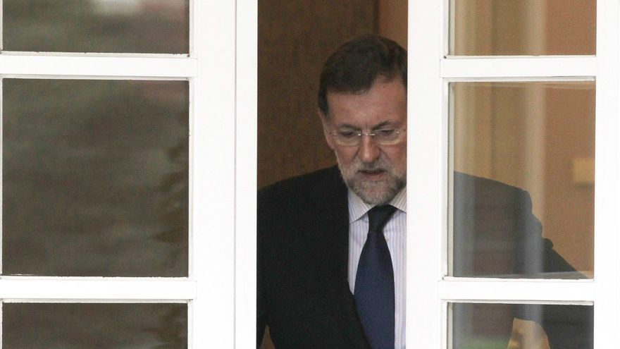 El presidente del Gobierno, Mariano Rajoy, atraviesa las puertas de dependencias del Palacio de La Moncloa. / Foto: EFE/Sergio Barrenechea.