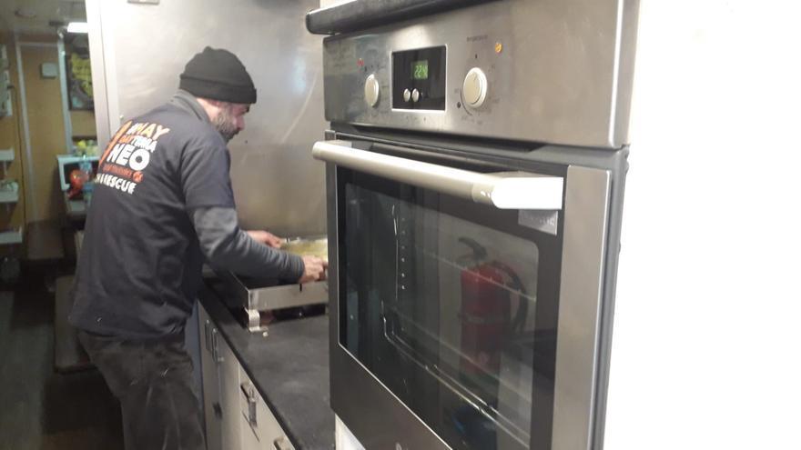 El Aita Mari cuenta con una cocina equipada para poder dar de comer tanto a la tripulación como a los rescatados, Jon es el cocinero principal