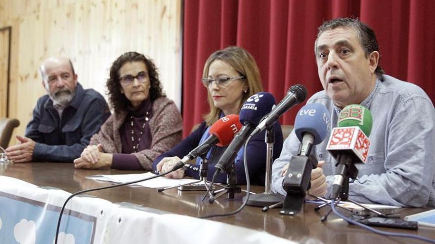 Ramón Afonso, de la Plataforma Canarias por un Territorio Sostenible (d) junto a la eurodiputada Ángela Vallina (2d), del grupo Izquierda Unitaria Europea/Izquierda Verde Nórdica