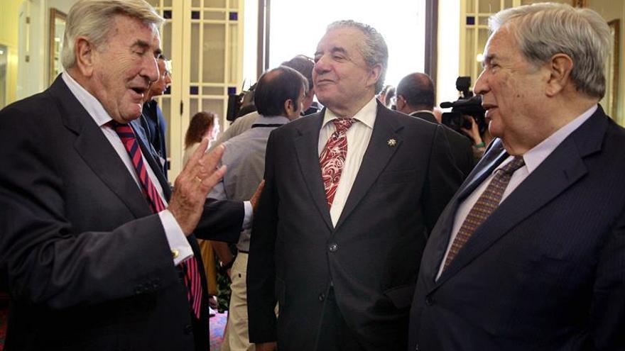 Los expresidentes del Gobierno canario Manuel Hermoso (i), Lorenzo Olarte (c) y Jerónimo Saavedra. (Efe).