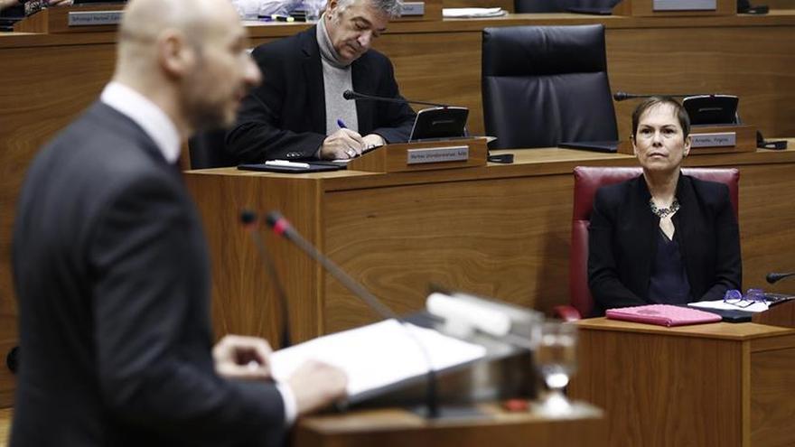 El Parlamento Foral condena extorsión de ETA a empresarios, a los que homenajeará
