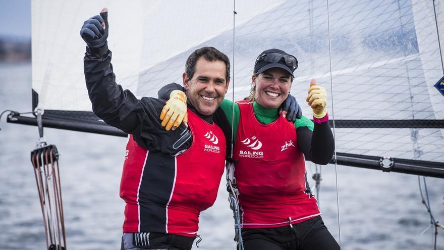 Fernando Echávarri y Tara Pacheco celebran su victoria en Hyères