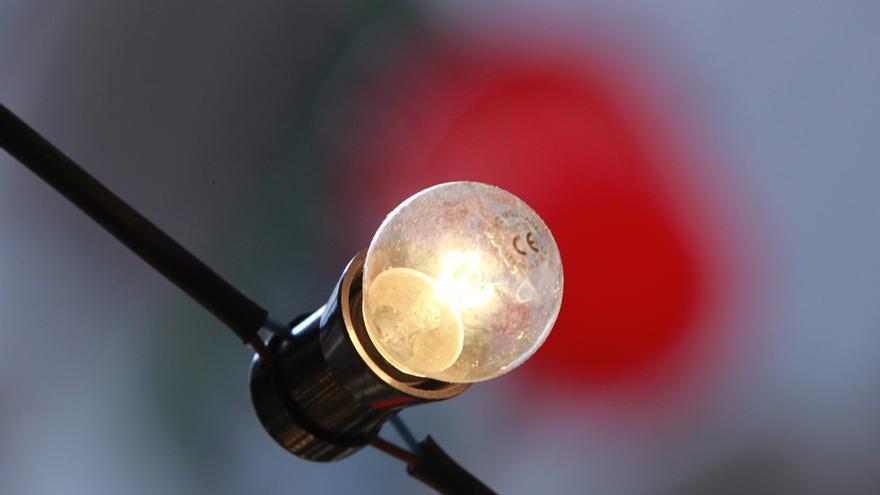 Las ofertas de mercado de electricidad encarecen un 26% el recibo de luz, según Facua