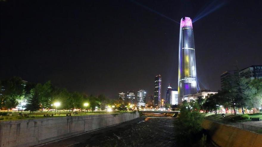 El rascacielos más alto de Chile se ilumina para recibir a la Navidad