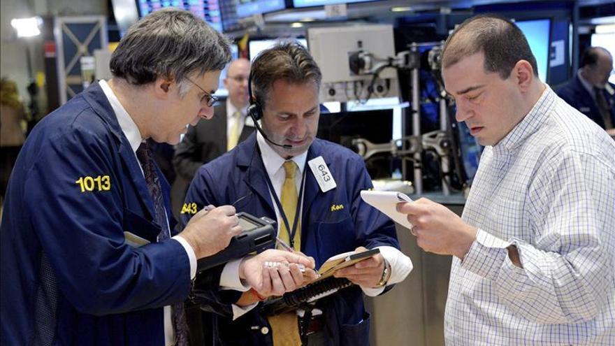 Wall Street cambia de rumbo y vuelve a alcanzar niveles récord a media sesión
