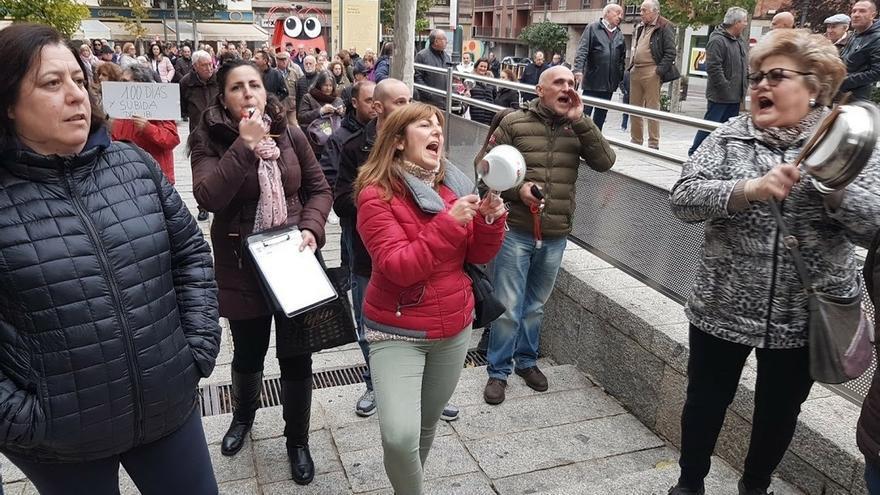 La irrupción de unos manifestantes en pleno de Puertollano obliga a la alcaldesa a suspenderlo y Cs lo abandona después