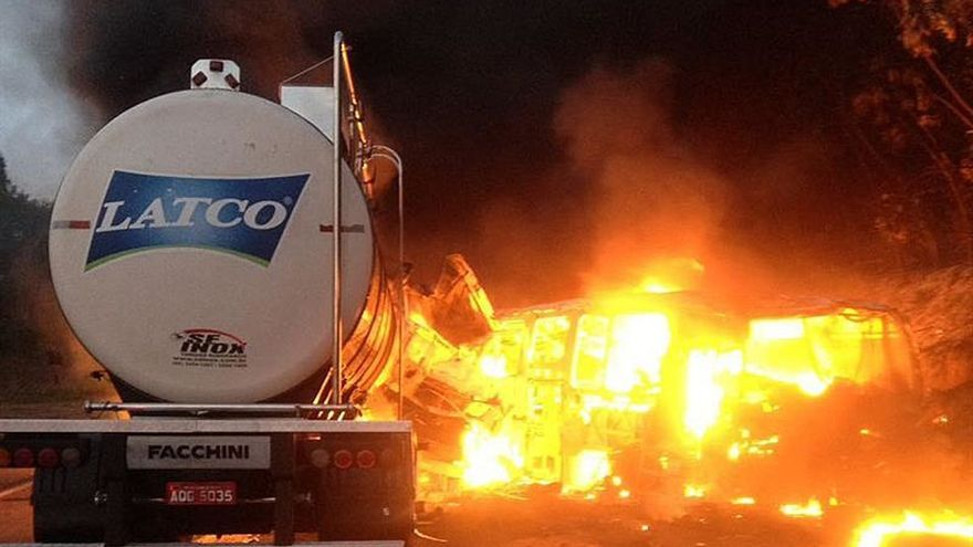 Al menos veinte muertos en un choque entre un camión y un autobús en el sur de Brasil