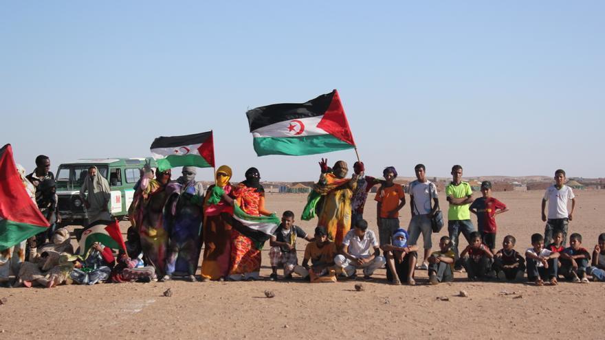 Saharauis que piden la autodeterminación del Sáhara Occidental en los campamentos de Tindouf, 2010. Foto de Ariel Armeño