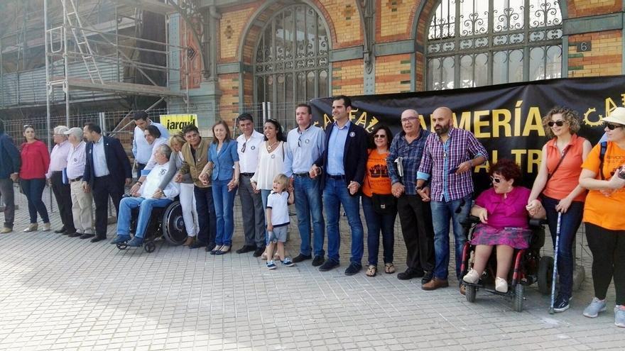 El alcalde de Almería se suma a la iniciativa 'Abraza tu estación' de la Mesa en Defensa del Ferrocarril