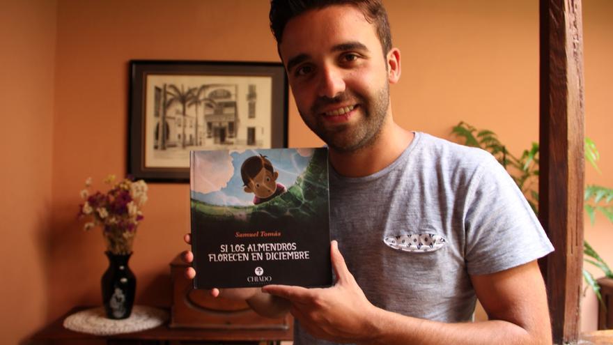En la imagen, Samuel Tomás con su libro.