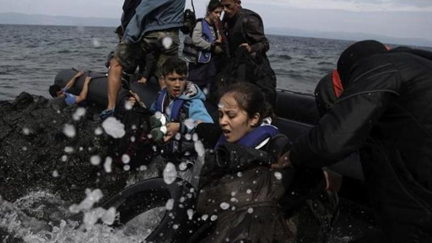 Refugiados llegando a la costa griega de Lesbos con fuerte temporal / EFE / Yannis Kolesidis