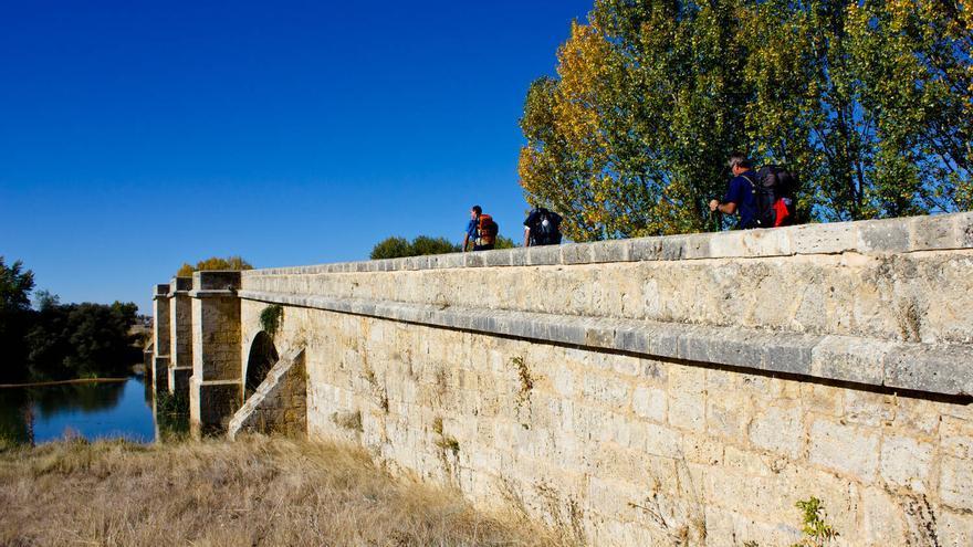 El Camino de Santiago salva el río Pisuerga a través del Puente Fitero. VIAJAR AHORA