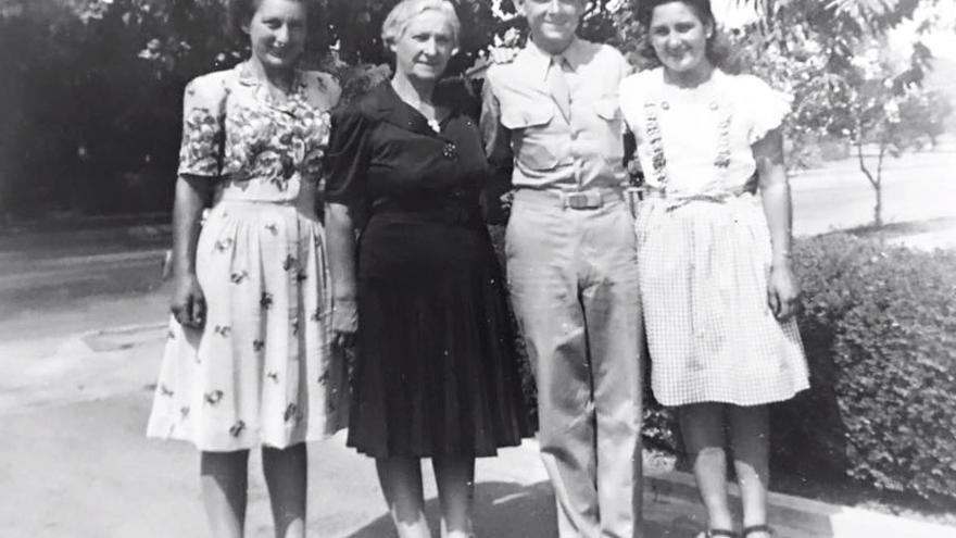 Felisa Caballero, primera por la derecha, en una fotografía con su hermana Bernice, su madre Cristina y su hermano Víctor durante la Segunda Guerra Mundial. Bernice estaba casada con Frank Apesteguía, que falleció en los frentes europeos (cortesía de Anita Maisterrena)