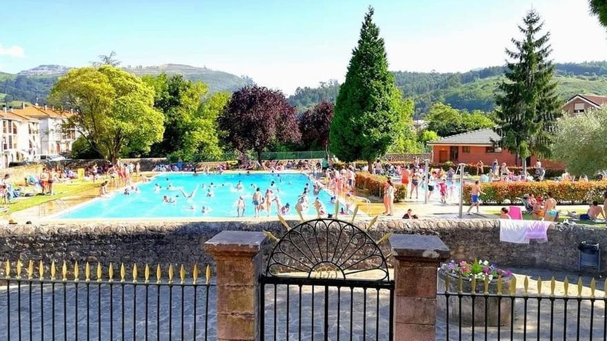 """La piscina de Cartes no abrirá en verano al ser """"muy complicado"""" gestionar aforos y garantizar distancias"""