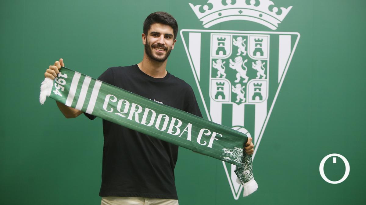 Ricardo Visus posa con la bufanda del Córdoba