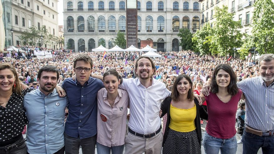 De izquierda a derecha: Lorena Ruiz-Huerta, Ramón Espinar, Íñigo Errejón, Irene Montero, Pablo Iglesias, Dina Bousselham, Isabel Serra y Julio Rodríguez.