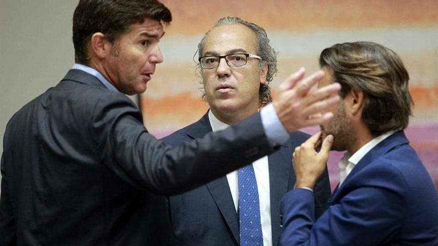 El consejero de Sanidad del Gobierno de Canarias, Jesús Morera (c), conversa con el diputado del PP, Guillermo Díaz (i). (EFE/Cristóbal García).