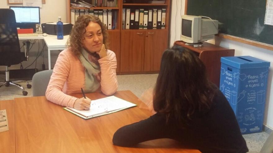 Carmen Déniz atendiendo a una persona.