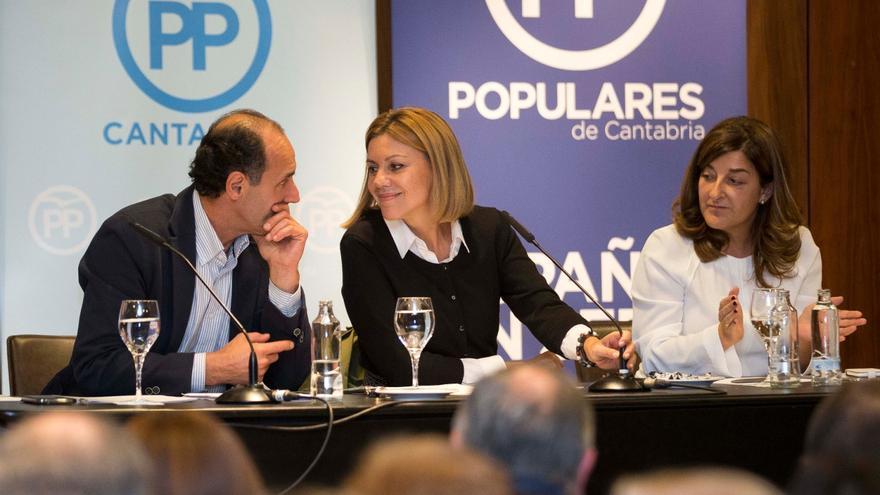 Ignacio Diego y María Dolores de Cospedal conversan durante la Junta Directiva del PP de Cantabria.