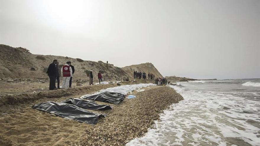 Cooperantes de la Media Luna Roja hallan 74 cadáveres de inmigrantes frente a la costa de Libia