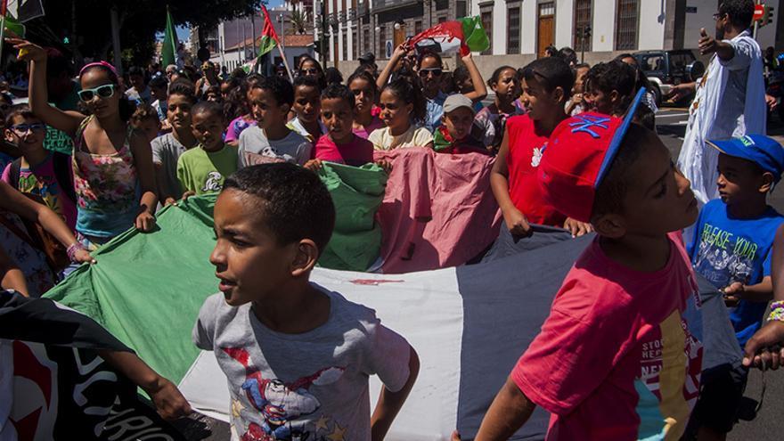 Manifestación de colectivos y simpatizantes en la defensa del pueblo saharaui en Santa Cruz de Tenerife.