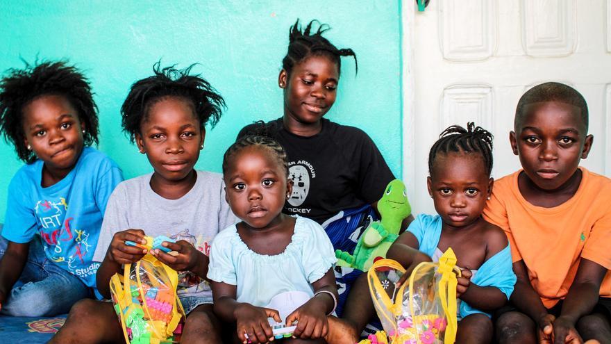 Seis hermanos en el Centro de Tránsito tras dar negativo en el test de ébola. Su aldea congregaba un número alto de residentes que presentaba síntomas de ébola. En el caso de los niños, Save The Children proporciona kits de reintegración para ellos y sus familias, al tiempo que se presta un servicio de apoyo psicosocial, con el que se asegura un seguimiento constante para solucionar los inconvientes que vayan surgiendo / FOTO: David Hartman/Save the Children