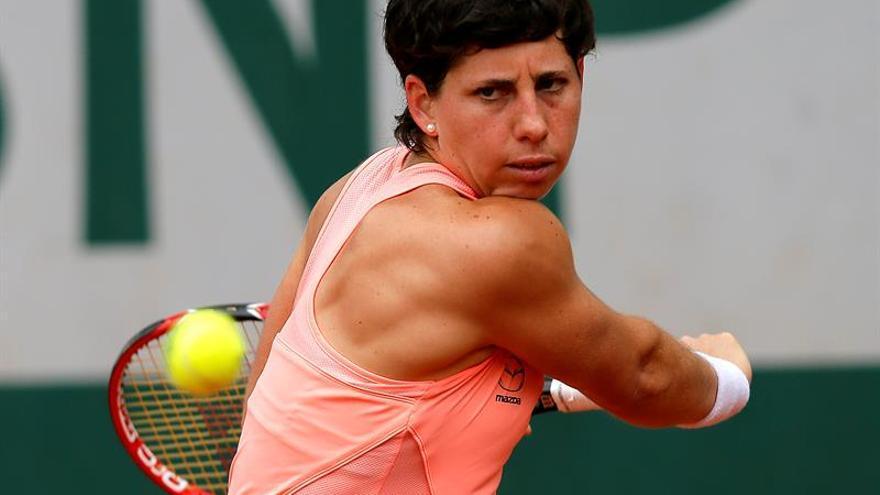 La tenista española Carla Suárez devuelve una bola a la china Qiang Wang durante el partido de segunda ronda del torneo de Roland Garros que ambas disputaron en París. EFE/ROBERT GHEMENT