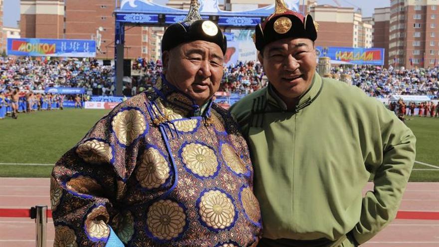 Guerreros y caballos en el Parlamento mongol