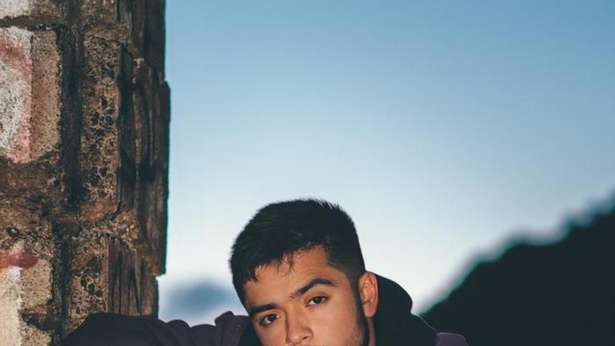 """Fotografía cedida hoy martes por Wright Entertainment Group (WEG), que muestra al cantautor Sergio Jr. El heredero de Justin Timberlake se llama Sergio Jr., es hijo de mexicanos y, según contó en una entrevista con Efe, trabajar con el mánager de legendario artista le ha hecho creer en sí mismo y le ha convencido de que el futuro de la música en EE.UU. """"se baila con las caderas y se canta en inglés y en español""""."""